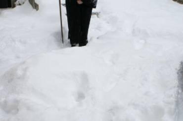 Ο Σεβασμιώτατος στη χιονισμένη αυλή του Επισκοπικού Μεγάρου Καστοριάς